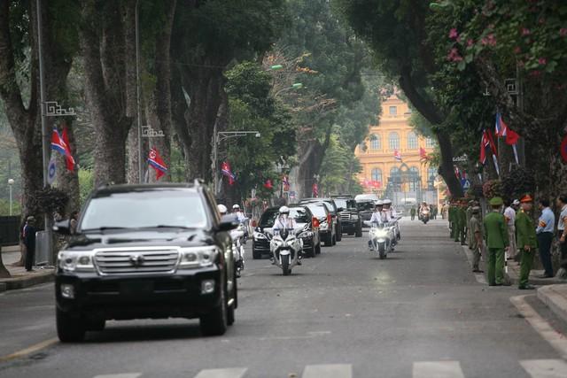 Khoảng 9h30 đoàn xe di chuyển qua đường Hoàng Văn Thụ, tiến vào Hoàng Diệu.