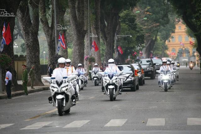 Đoàn moto dẫn đầu, phía sau là 2 chiếc xe chở Chủ tịch Kim.