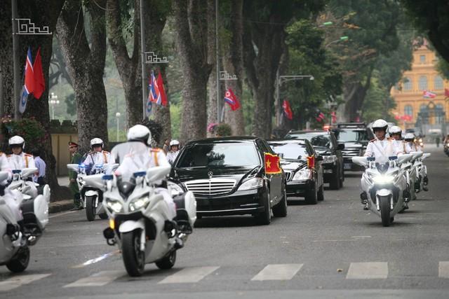 2 chiếc xe chở Chủ tịch Kim đều mang cờ Việt Nam và Triều Tiên.