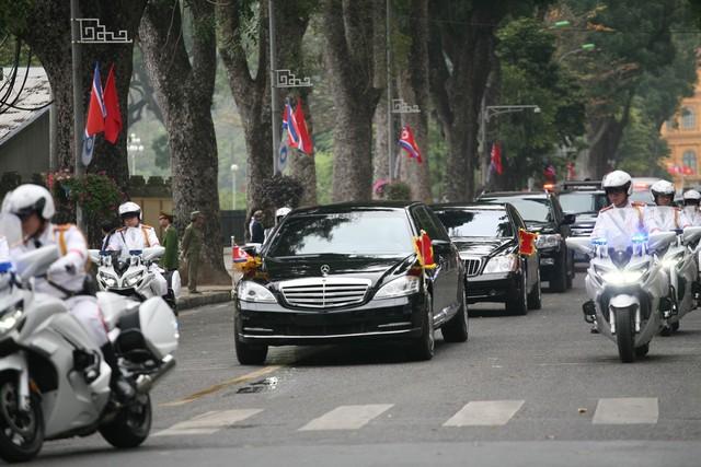 Lực lượng an ninh được thắt chặt dọc 2 bên đường đoàn xe di chuyển.