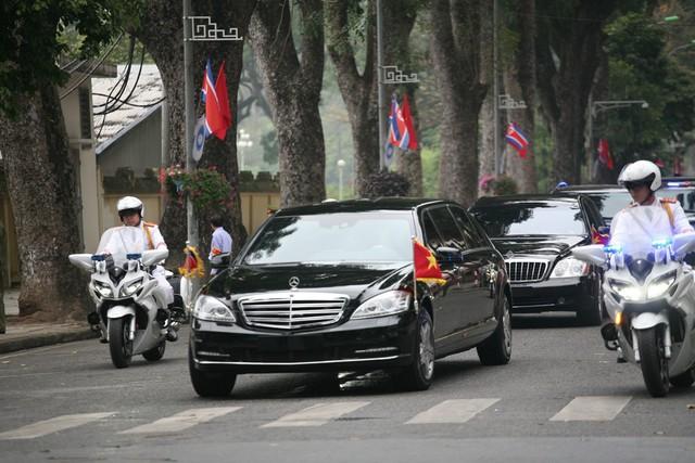 Sau khi thăm tượng đài liệt sĩ vô danh, đoàn tiếp tục vào viếng lăng Chủ tịch Hồ Chí Minh.
