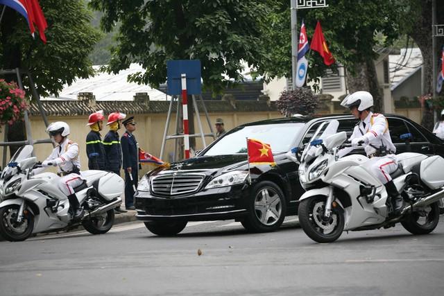 Ông Kim Jong Un cùng đoàn quan chức Triều Tiên đang dâng vòng hoa tại Đài liệt sĩ Vô danh. Nhà lãnh đạo Triều Tiên đã tự tay sửa vòng hoa trước khi bắt đầu phút mặc niệm.