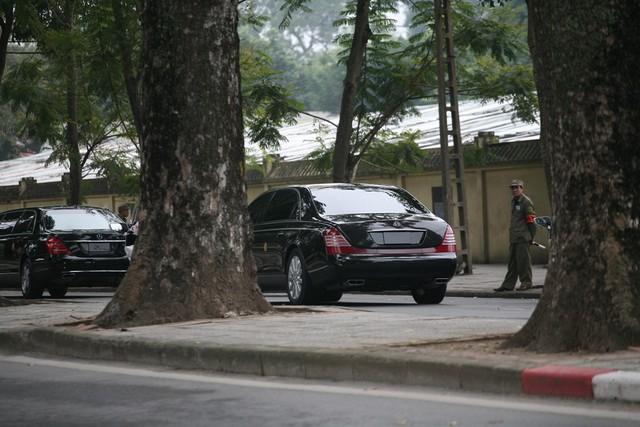 2 chiếc xe chở Chủ tịch Kim không mang biển số.