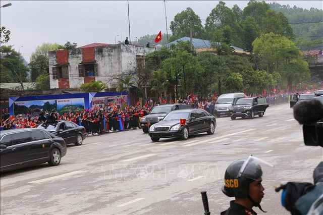 Đoàn xe chở Chủ tịch Kim Jong-un và Đoàn đại biểu cấp cao Triều Tiên tới ga Đồng Đăng lúc 12 giờ 30 phút. Ảnh: Doãn Tấn/TTXVN