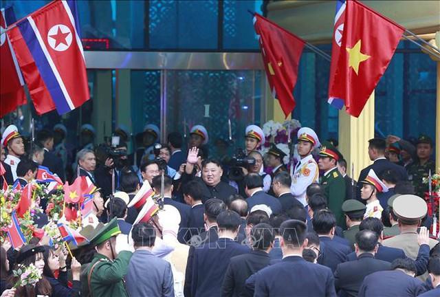 Chủ tịch Triều Tiên Kim Jong-un vẫy tay chào các đại biểu và người dân ra tiễn tại Ga đường sắt quốc tế Đồng Đăng, huyện Cao Lộc, tỉnh Lạng Sơn. Ảnh: Doãn Tấn/TTXVN