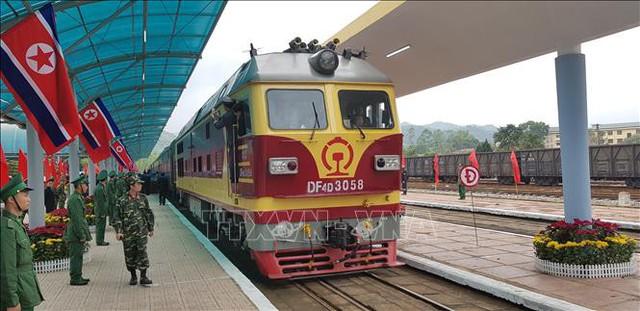 Đoàn tàu hỏa đặc biệt chở Chủ tịch Kim Jong-un và đoàn Triều Tiên chuyển bánh rời nhà ga Đồng Đăng lúc 12 giờ 50, kết thúc tốt đẹp chuyến công du tới Việt Nam. Ảnh: Nhan Sáng/TTXVN