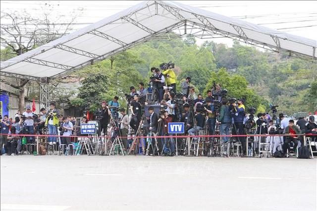 Các phóng viên quốc tế và trong nước cũng đã di chuyển lên Lạng Sơn từ sớm và túc trực trước cửa ga Đồng Đăng để đưa tin Lễ tiễn đoàn Triều Tiên. Ảnh: Doãn Tấn/TTXVN