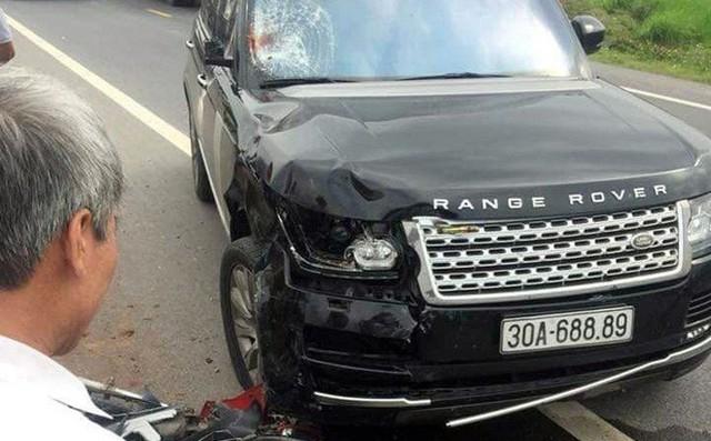 Sau cú va chạm, xe máy của nạn nhân hư hỏng nặng, còn ô tô bị hỏng phần đầu