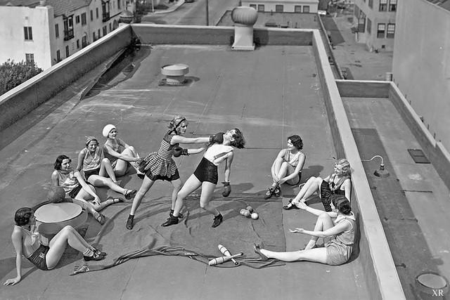 Các cô gái học boxing trên nóc tòa nhà, 1920