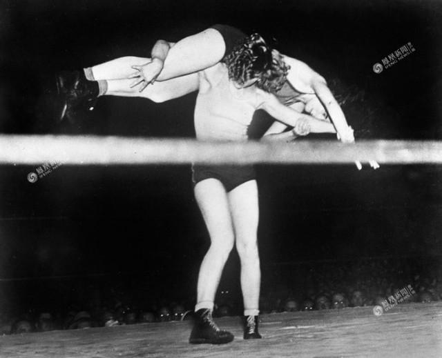 Nữ võ sĩ đẳng cấp Clara Mortenson và đối thủ Betty Le, năm 1937.
