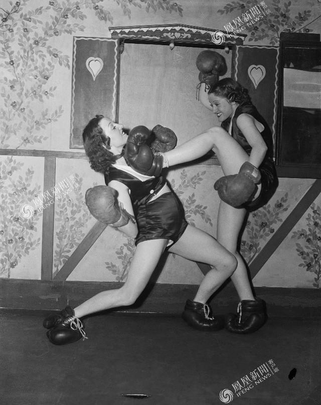 Hai cô gái đang học boxing tại câu lạc bộ ở NewYork, năm 1938