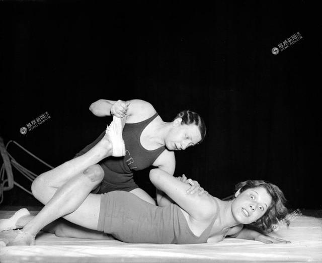 Hai cô gái Anh đang luyện tập môn đấu vật, năm 1932