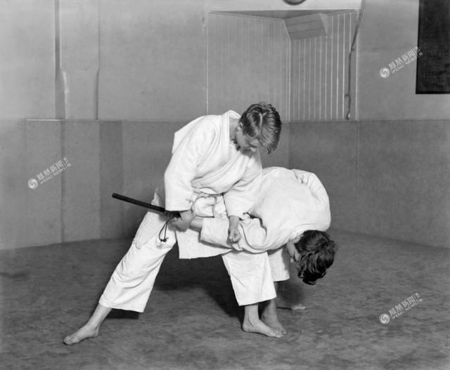 Hai cô gái học Judo tại câu lạc bộ ở London – Anh, năm 1928