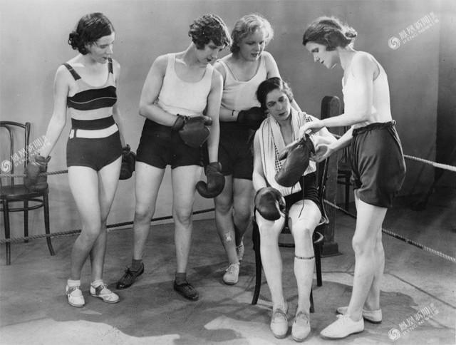Newton và các nữ võ sĩ khác tại câu lạc bộ, London năm 1931