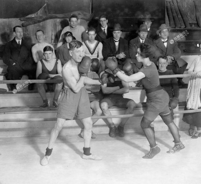 Newton đang thị phạm trước đám đông, tháng 1 năm 1926