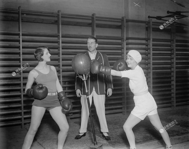 Ngôi sao điện ảnh một thời Flora le Breton (phải) luyện tập boxing, năm 1930