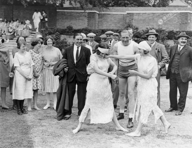 Một nhóm người đang xem hai cô gái đánh quyền anh trong công viên, Hampstead London 1922