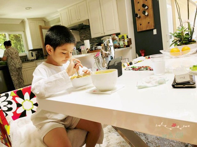 Skyler hiện có thể tự xúc cơm với thức ăn xay nhuyễn.