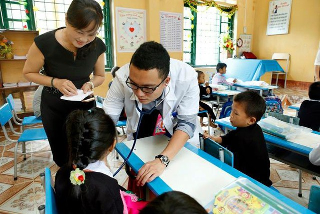 Cán bộ y tế Bệnh viện Bạch Mai khám bệnh cho học sinh trường tiểu học xã Long Phúc, huyện Bảo Yên, tỉnh Lào Cai - món quà Trung thu sớm với cô trò nơi trường vùng cao này, nhờ sự kết nối của phòng Công tác xã hội.