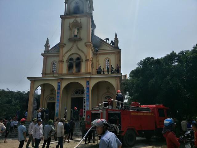 Lực lượng chức năng phối hợp cùng người dân khống chế vụ cháy.
