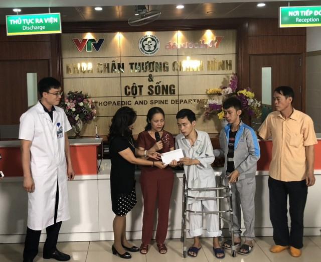 Bác sĩ Phạm Thị Bích Mận - Trưởng Phòng CTXH trao quà của Nhà hảo tâm cho bệnh nhân Hiện