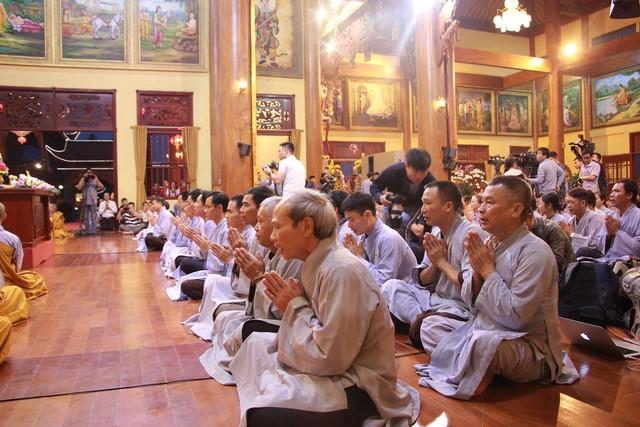 Hàng nghìn Phật tử chăm chú lắng nghe Đại đức giảng giải về oan gia trái chủ