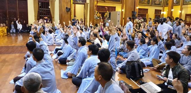 Rất nhiều Phật tử giơ tay xin được lên chia sẻ về hiệu quả từ thỉnh oan gia trái chủ tại chùa Ba Vàng