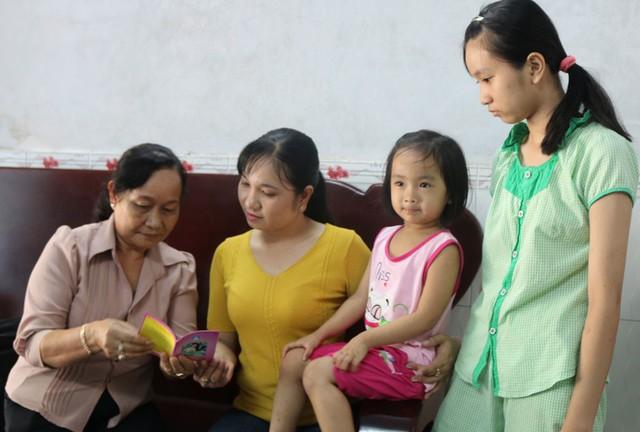 Cộng tác viên dân số tại huyện Vĩnh Hưng, Long An chia sẻ kiến thức chăm sóc sức khoẻ sinh sản. Ảnh: Báo Long An