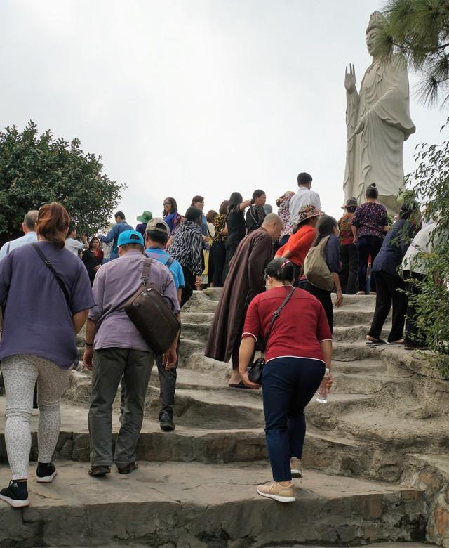 Các Phật tử kéo về chùa Ba Vàng