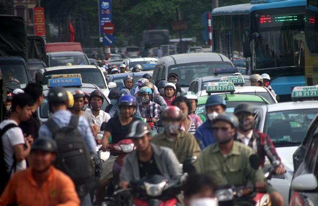 Đường Giải Phóng là tuyến đường huyết mạch của Thủ đô, nơi có các bến xe như: Giáp Bát, Nước Ngầm và là hướng di chuyển về nhiều tỉnh thành phía Nam Hà Nội.