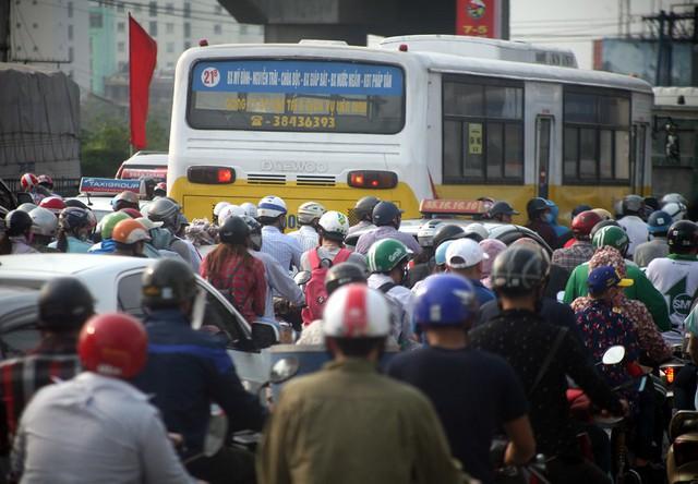 Chính vì vậy, rất nhiều dịp lễ Tết tuyến đường này luôn chịu áp lực giao thông lớn. Ngay cả những giờ cao điểm, lượng phương tiện xe máy luôn tăng cao.