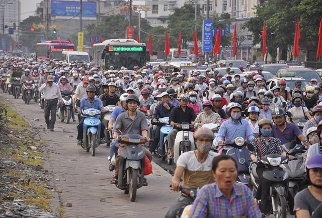 Sự gia tăng các phương tiện cá nhân gây áp lực lớn cho giao thông Hà Nội.