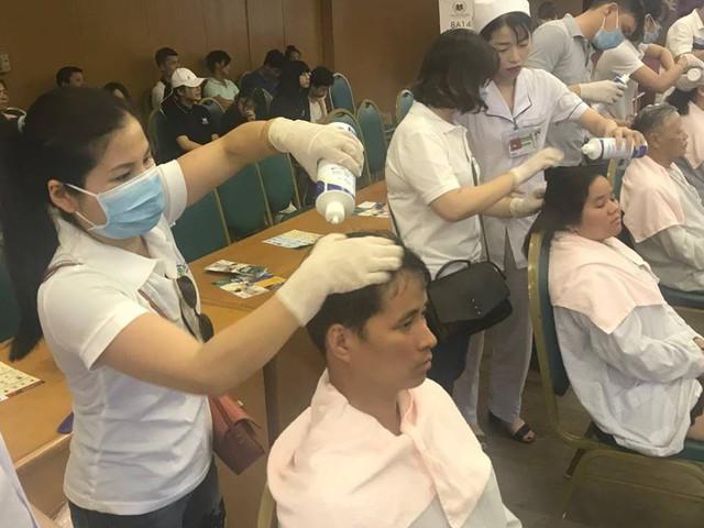 Các tình nguyện viên đang gội đầu miễn phí cho bệnh nhân điều trị taị Bệnh viện Bạch Mai