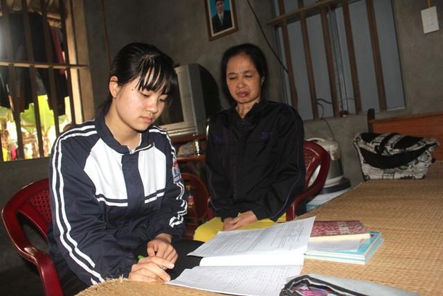 Hoàn cảnh khó khăn của gia đình và bệnh tật của bố mẹ đang dần dập tắt dần ước mơ đi học của cháu Liên. Ảnh: Đ.Tùy