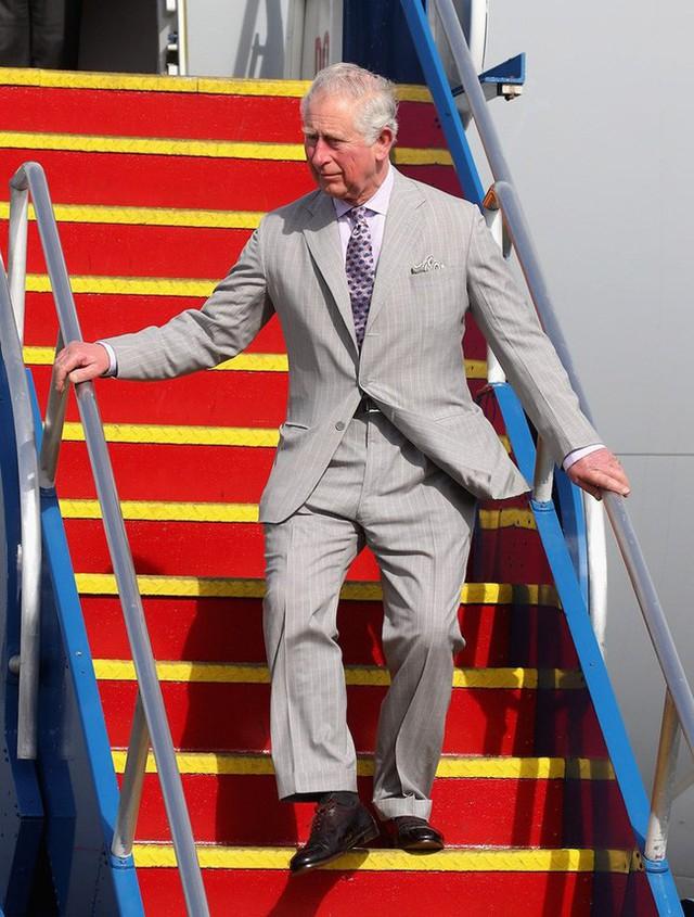 Thái tử Charles xuống máy bay một mình mà không có vợ.
