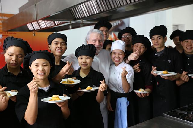 Các học viên có hoàn cảnh đặc biệt ở trường dạy nghề nấu ăn KOTO được bếp trưởng truyền cho nhiều kinh nghiệm trong nấu ăn cũng như trong cuộc sống.