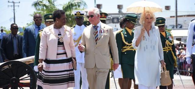 Bà Camilla tỏ ra xa cách với chồng.