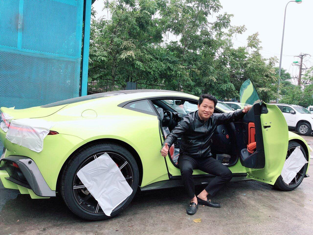 Đại gia Hoàng Kim Khánh rước mẫu Aston Martin V8 Vintage về đón Tết 2019