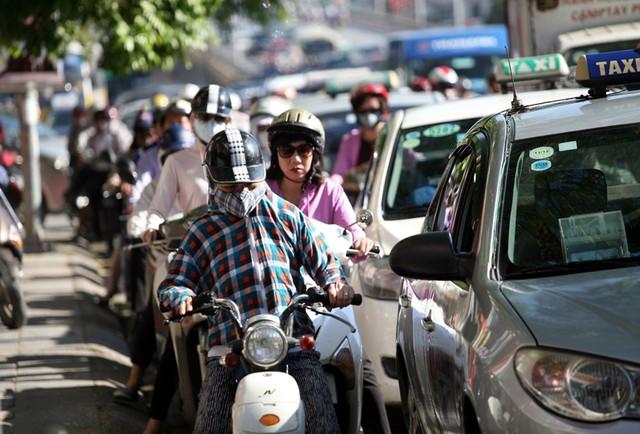 Ở những thời gian cao điểm (sáng từ 6h đến 9h, chiều từ 16h đến 19h) tuyến đường vẫn chịu áp lực lớn về giao thông do lượng phương tiện lưu thông đông đúc.