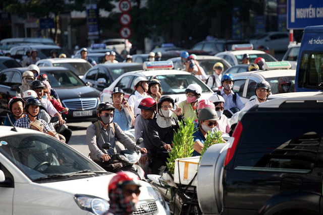 Để cấm hẳn xe máy trong các quận trung tâm TP Hà Nội (năm 2030), Sở GTVT chia làm ba giai đoạn cụ thể, trong đó có việc cấm xe máy theo giờ ở các trục đường hướng tâm (2020), cấm vào ngày cuối tuần các tuyến phố trong quận Hoàn Kiếm (2025), sau đó mở rộng ra các quận lân cận.
