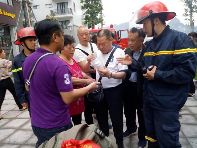 Lực lượng chức năng đã giải cứu 5 khách du lịch Trung Quốc mắc kẹt trong đám cháy, đưa ra ngoài an toàn. Ảnh: HĐ