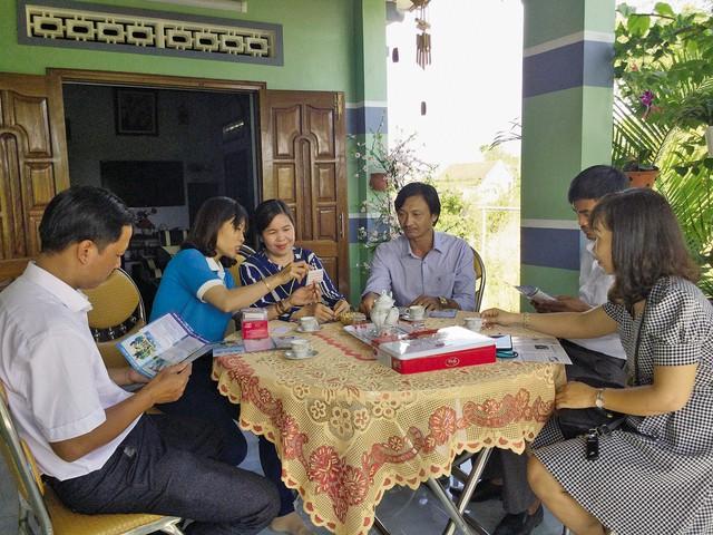 Các thành viên CLB tuyên truyền tại nhà dân.     Ảnh: Trang Nguyễn