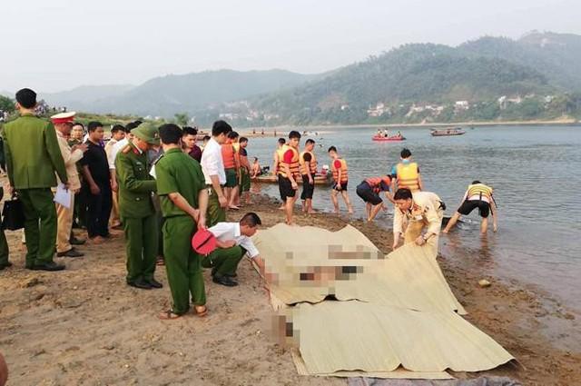 Hiện trường tại bãi cát ven sông Đà, nơi 8 học sinh thiệt mạng. Người dân tại đây cho biết, năm nào cũng có người đuối nước ở khu vực này nhưng tại đây không hề có biển cấm hoặc cảnh báo nào.
