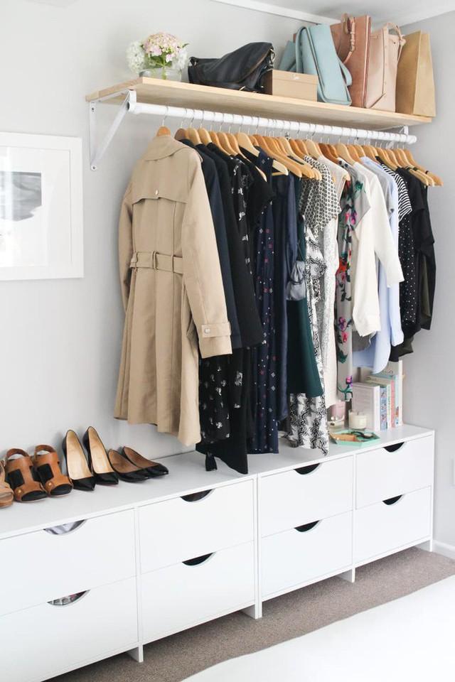 Với một tủ quần áo để trần thế này, quần áo của bạn tăng gấp đôi như phụ kiện thiết kế. Bạn có thể cài đặt các đơn vị kệ và tủ như Rachelael của Made From Scratch đã làm hoặc thêm một giá lăn.
