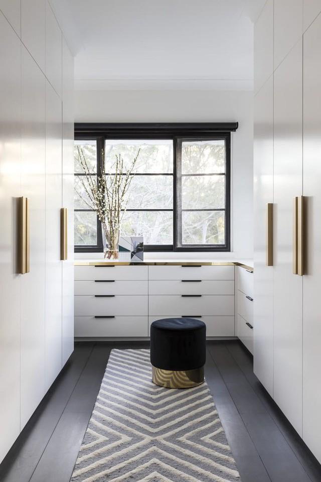 Tủ quần áo này luôn luôn là một ý tưởng tốt để đưa kim loại vào nhà của bạn. Bạn yêu thích các chi tiết mạ vàng trong Nhà giám tuyển Sydney, được thiết kế Arent & Pyke. Trên hết, bạn có thể dễ dàng tạo lại diện mạo này trong không gian của riêng mình. Tất cả những gì bạn cần là một số núm cửa sáng bóng.