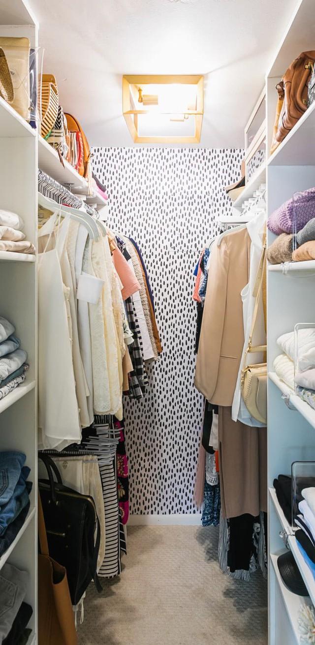 Đưa căn hộ bạn thuê đến gần hơn với cấp độ mới một số hình nền tạm thời nhờ tủ quần áo tường nối tường. Rất có thể bạn sẽ yêu thích phong cách lốm đốm mà Diana Elizabeth sử dụng trong không gian của mình.