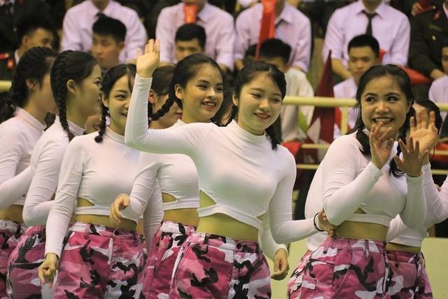 Trong các điệu nhảy rực lửa và đẹp mắt, các nữ sinh của Học viện An ninh nhân dân cho thấy rằng họ cũng đầy năng động, tự tin, đặc biệt rất xinh đẹp.