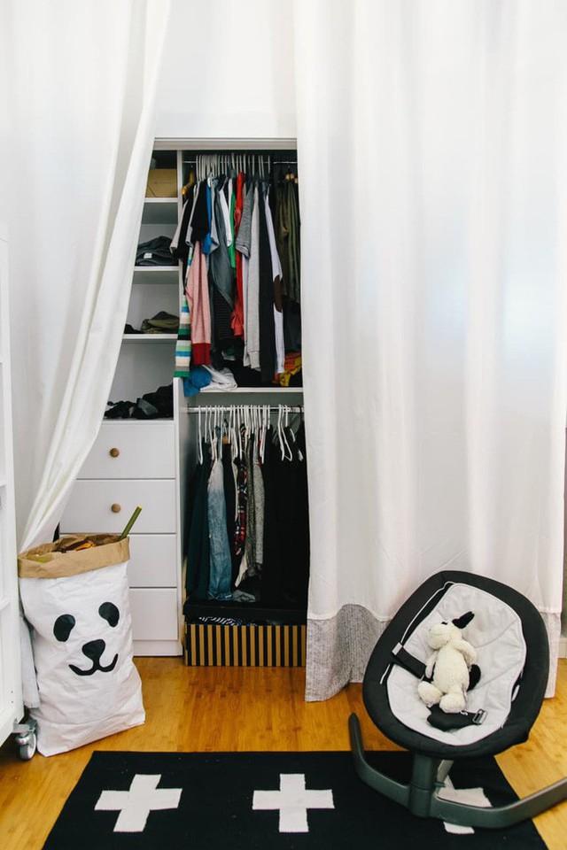 Nếu diện tích quá bé nhỏ, hãy đổi lấy cánh cửa tủ quần áo của bạn để bài trí một số rèm cửa cho chuyến tham quan nhà ở Vancouver này. Chúng có vẻ đẹp riêng mà không chiếm quá nhiều không gian.