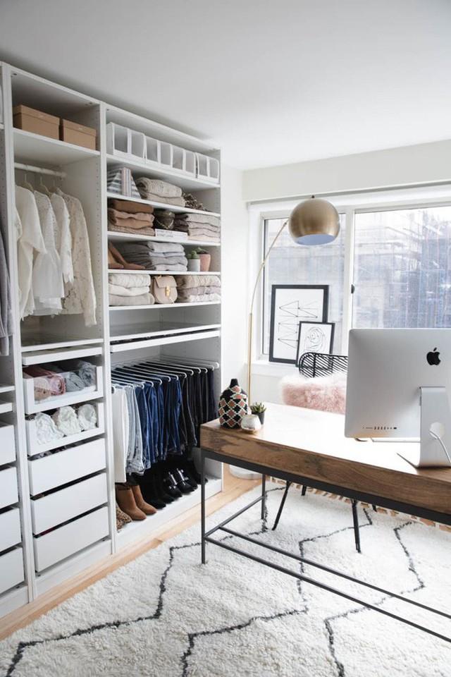 Bạn có đủ chỗ cho một tủ quần áo không cửa ngăn? Hãy suy nghĩ lại! Bạn có thể yêu cách Snapshots Snaped theo phong cách Kendall Kremer biến phòng quần áo thành tủ quần áo văn phòng tại nhà giúp bạn tận dụng tối đa không gian.