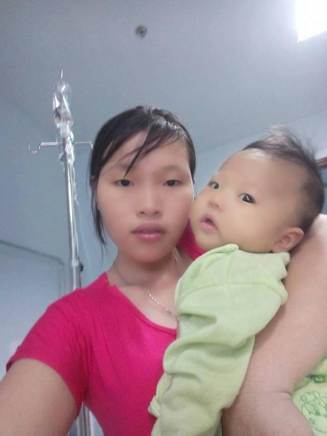 Bé Bảo Ngọc trong vòng tay của mẹ khi ở bệnh viện